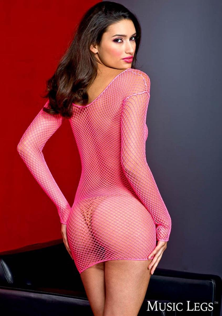 Schoonheid in een roze visnet jurk