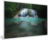 Foto in lijst - Uitzicht op een waterval bij het Nationaal park Erawan fotolijst wit 60x40 cm - Poster in lijst (Wanddecoratie woonkamer / slaapkamer)
