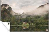 Noorse boerderij tussen bomen tuinposter los doek 60x40 cm - klein - Tuindoek / Buitencanvas / Schilderijen voor buiten (tuin decoratie)