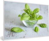 Foto in lijst - Verse basilicumbladeren in een glazen bakje fotolijst wit 60x40 cm - Poster in lijst (Wanddecoratie woonkamer / slaapkamer)