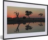 Poster met lijst Nationaal park Chobe - Zonsondergang over waterplaats in het Nationaal park Chobe fotolijst zwart met witte passe-partout - fotolijst zwart - 60x40 cm - Poster met lijst