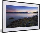 Foto in lijst - Fantastische zonsondergang bij het water van Nationaal park Tierra del Fuego fotolijst zwart met witte passe-partout 60x40 cm - Poster in lijst (Wanddecoratie woonkamer / slaapkamer)