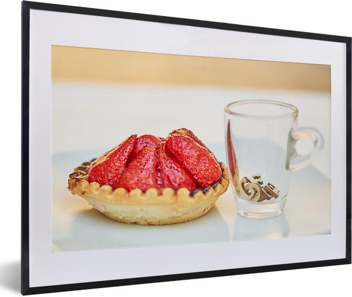 Foto in lijst - Klein aardbeientaartje met een kopje ernaast fotolijst 60x40 cm - Poster in lijst (Wanddecoratie woonkamer / slaapkamer)