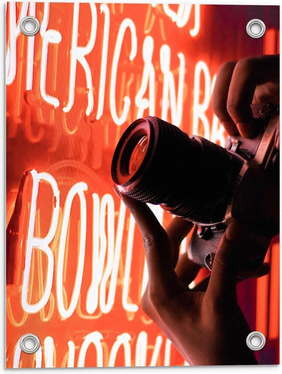 Tuinposter   Fotocamera bij Rode Neon Letters - 30x40cm Foto op Tuinposter  (wanddecoratie voor buiten en binnen)
