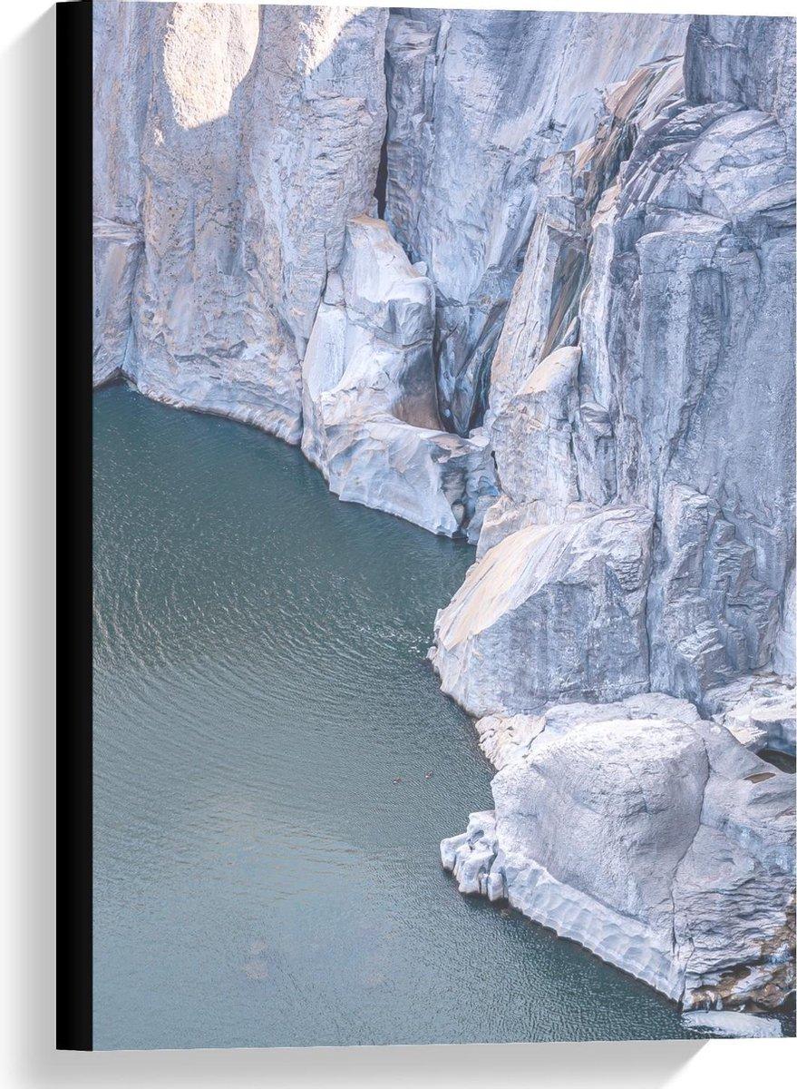Canvas  - Mooie Grijze Hoge Rotsen bij het Water - 40x60cm Foto op Canvas Schilderij (Wanddecoratie op Canvas)