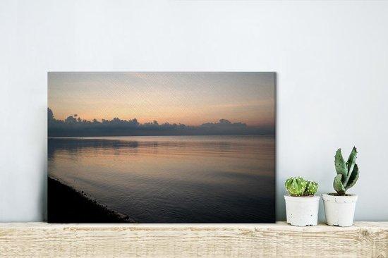Prachtige zonsondergang bij de zee langs het Nationaal park Baluran Canvas 30x20 cm - klein - Foto print op Canvas schilderij (Wanddecoratie woonkamer / slaapkamer)
