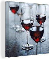 Vier mooie glazen rode wijn Canvas 50x50 cm - Foto print op Canvas schilderij (Wanddecoratie woonkamer / slaapkamer)