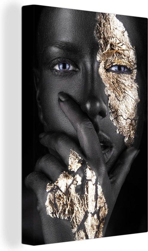 Unieke afbeelding van een vrouw met gouden tinten Haar hand is ook weergegeven met gouden gloed Het portret is gemakkelijk te combineren door de kleuren zwart en goud 80x120 cm - Foto print op Canvas schilderij (Wanddecoratie woonkamer / slaapkamer)