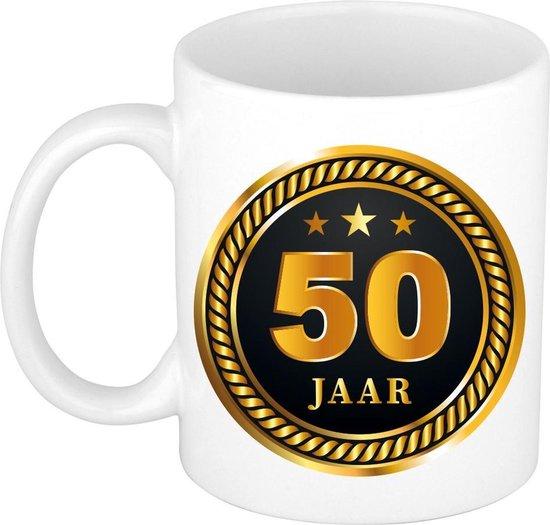 50 jaar cadeau mok / beker medaille goud zwart voor verjaardag/ jubileum - cadeau 50 jaar getrouwd