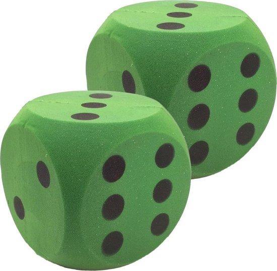 Afbeelding van het spel 2x Grote foam dobbelstenen groen 16 x 16 cm