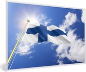 Foto in lijst - Vlag van Finland op een zonnige dag fotolijst wit 60x40 cm - Poster in lijst (Wanddecoratie woonkamer / slaapkamer)