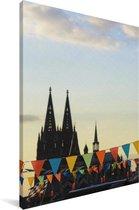 Vlaggetjes voor de Dom van Keulen in Duitsland Canvas 80x120 cm - Foto print op Canvas schilderij (Wanddecoratie woonkamer / slaapkamer)