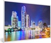 Foto in lijst - Verlichte stadshorizon van Gold Coast in Australië tijdens de nacht fotolijst wit 60x40 cm - Poster in lijst (Wanddecoratie woonkamer / slaapkamer)