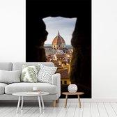 De Dom van Florence door een gat van een oude muur in Florence fotobehang vinyl breedte 215 cm x hoogte 320 cm - Foto print op behang (in 7 formaten beschikbaar)