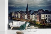Fotobehang vinyl - Skyline van de huizen in Maastricht breedte 360 cm x hoogte 240 cm - Foto print op behang (in 7 formaten beschikbaar)