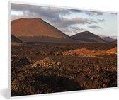 Foto in lijst - Avondlicht valt op het Spaanse Nationaal park Timanfaya fotolijst wit 60x40 cm - Poster in lijst (Wanddecoratie woonkamer / slaapkamer)