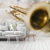 Fotobehang vinyl - Speciale afbeelding van een goudkleurige trompet breedte 300 cm x hoogte 240 cm - Foto print op behang (in 7 formaten beschikbaar)