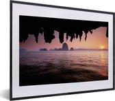Foto in lijst - Uitzicht over het water met een roze hemel bij het Nationaal Park Ao Phang Nga fotolijst zwart met witte passe-partout klein 40x30 cm - Poster in lijst (Wanddecoratie woonkamer / slaapkamer)