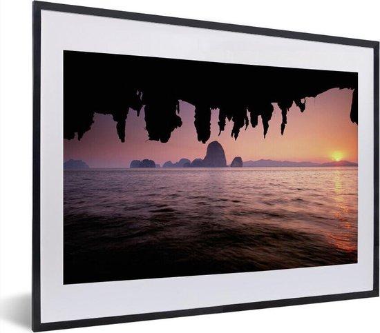 Poster met lijst Nationaal park Ao Phang-Nga - Uitzicht over het water met een roze hemel bij het Nationaal Park Ao Phang Nga fotolijst zwart met witte passe-partout - fotolijst zwart - 40x30 cm - Poster met lijst