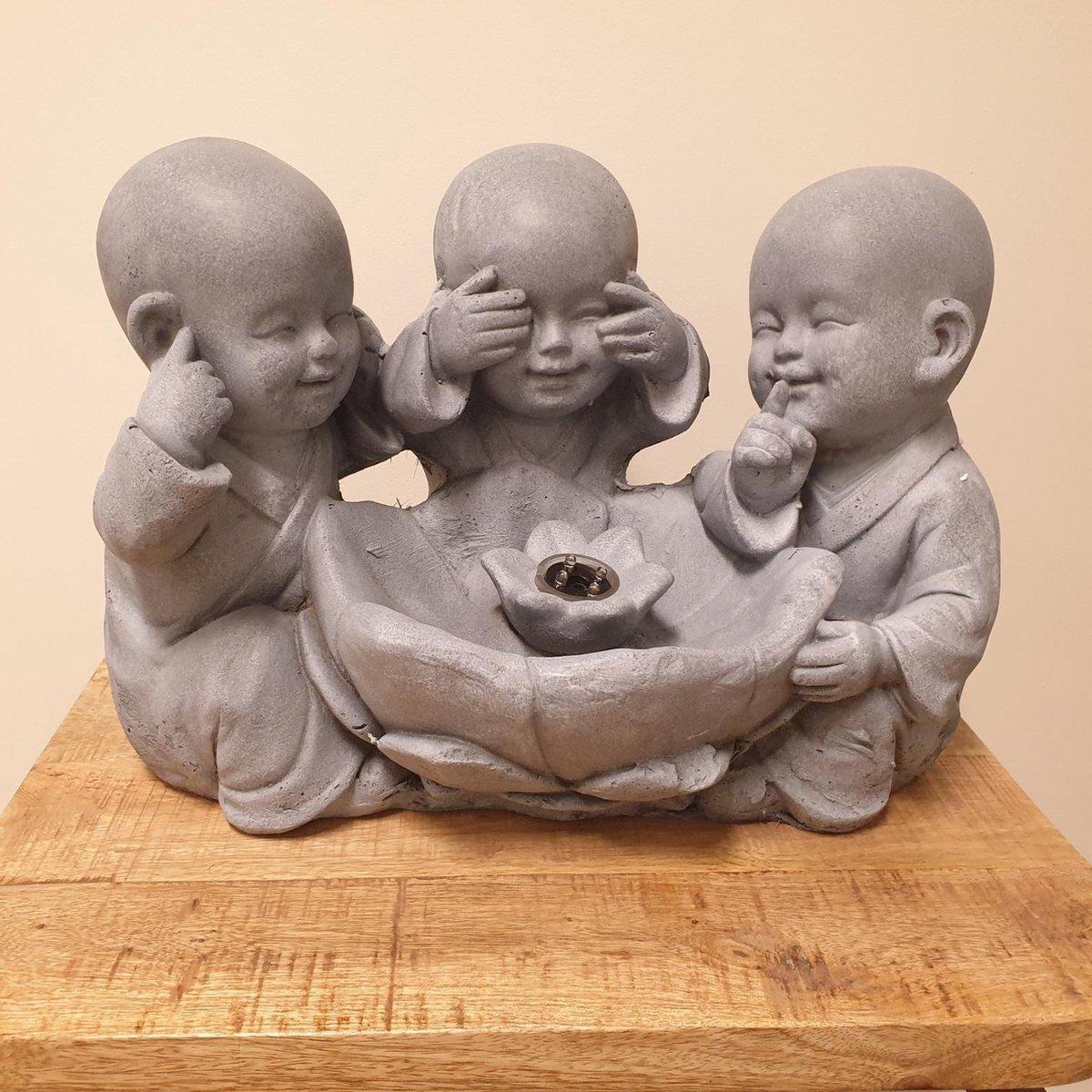 Fontein van aardewerk met 3 monniken horen,zien en zwijgen