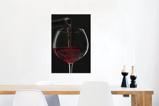 Plaatje van rode wijn die in wijnglas wordt gegoten Aluminium 40x60 cm - Foto print op Aluminium (metaal wanddecoratie)