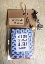 Thee cadeau met de tekst 'met jou is alles leuker', met sleutelhanger en bedeltje, 4 verschillende theezakjes, lief kadootje, theekado, liefde