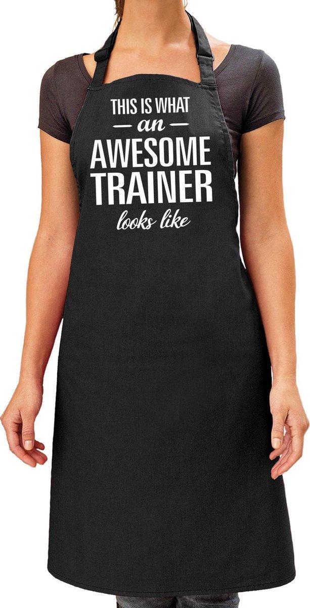 Awesome trainer cadeau bbq/keuken schort zwart voor dames - kado barbecue schort trainer / verjaardag