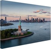 Vrijheidsbeeld met skyline New York Canvas 120x80 cm - Foto print op Canvas schilderij (Wanddecoratie woonkamer / slaapkamer) / Steden Canvas Schilderijen