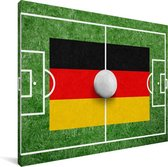 De vlag van Duitsland op een voetbalveld Canvas 160x120 cm - Foto print op Canvas schilderij (Wanddecoratie woonkamer / slaapkamer) XXL / Groot formaat!