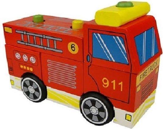 houten stapel brandweerauto