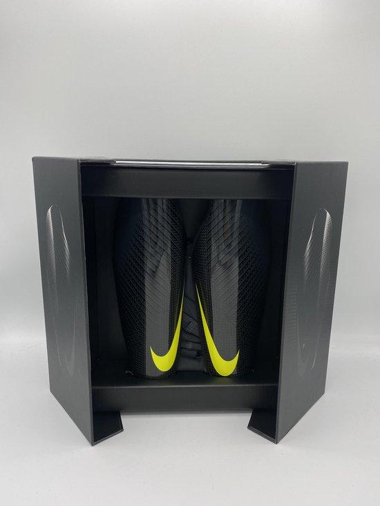 Nike Protegga Carbonite