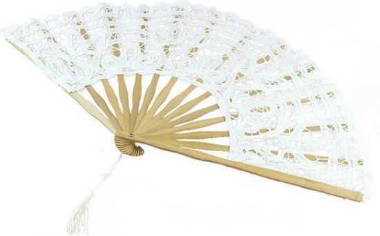 Waaier wit kant gehaakt met bamboe ribben