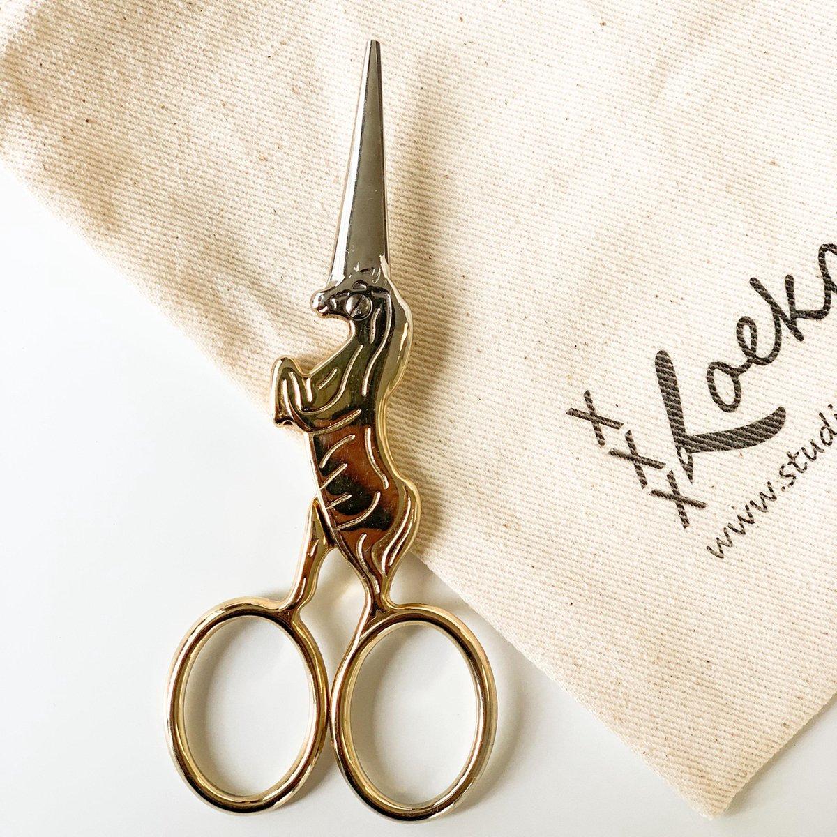 Eenhoorn borduurschaartje met bewaarzakje| Unicorn schaartje 9 cm lang met scherpe punt | Naaischaar | Kado voor naaister | goudkleurig schaartje voor knippen draadjes