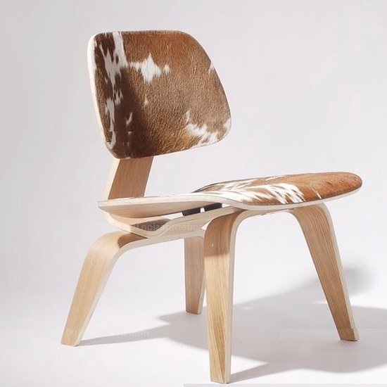 Charles Eames lounge stoel. LCW pony huid. Design lounge stoel.