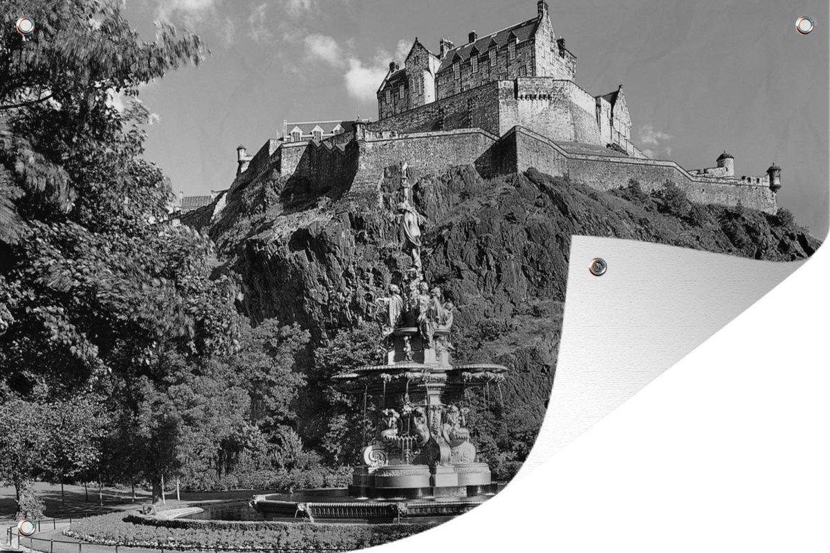 Tuinposters buiten Kasteel van Edinburgh en fontein in Schotland - zwart wit - 90x60 cm