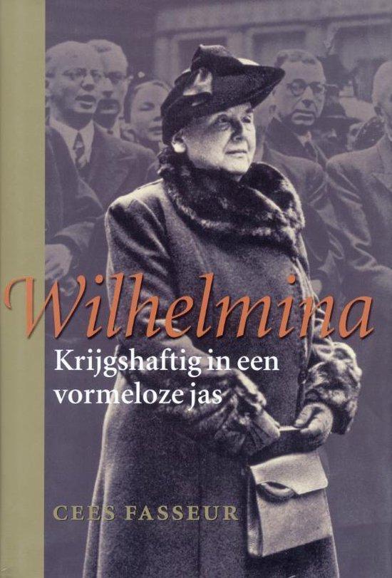 Wilhelmina. Krijgshaftig in een vormloze jas.