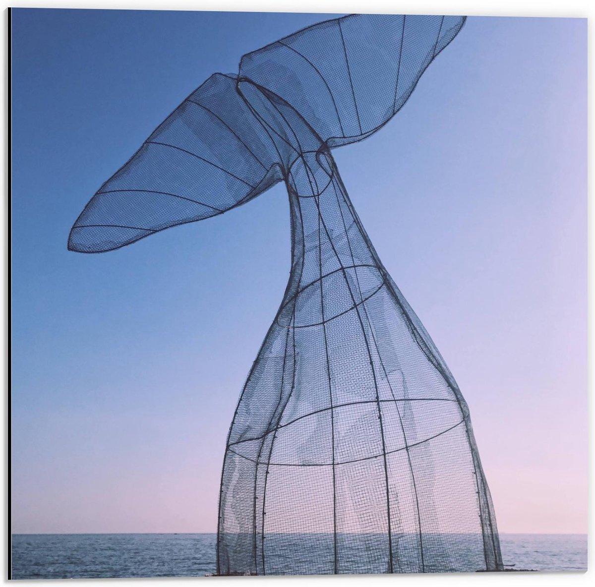 Dibond - Vissenstaart van Recyclet Plastic aan Zee - 50x50cm Foto op Aluminium (Wanddecoratie van metaal)