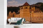 De Tempel van de Tand bij zonsondergang in het Aziatische Kandy fotobehang vinyl 540x360 cm - Foto print op behang