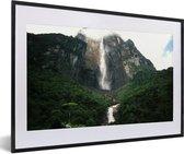 Foto in lijst - Onderaanzicht van de watervallen in het Nationaal park Canaima in Zuid Amerika fotolijst zwart met witte passe-partout 60x40 cm - Poster in lijst (Wanddecoratie woonkamer / slaapkamer)