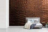 Fotobehang vinyl - Bruine leder van een krokodil breedte 390 cm x hoogte 260 cm - Foto print op behang (in 7 formaten beschikbaar)