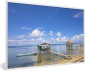 Foto in lijst - Boot in het water in de buurt van de kustlijn van de Baai-eilanden fotolijst wit 60x40 cm - Poster in lijst (Wanddecoratie woonkamer / slaapkamer)
