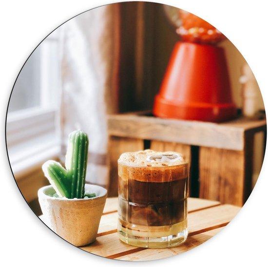 Dibond Wandcirkel - Drankje + Cactus op Tafel  - 60x60cm Foto op Aluminium Wandcirkel (met ophangsysteem)
