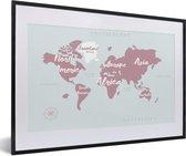 Foto in lijst - Wereldkaart met witte letters fotolijst zwart met witte passe-partout 60x40 cm - Poster in lijst (Wanddecoratie woonkamer / slaapkamer)