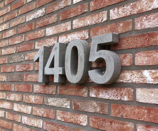 betonnen huisnummer 4, nummer vier van beton - Letterexpert