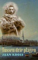 Boek cover Tussen drie plagen van Jaan Kross (Onbekend)