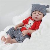 Reborn baby op (hand gemaakt) in rood t-shirt met extra knufelbeer - Knuffelpop - Levensechte sleeping baby 55cm