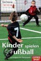 Kinder spielen Fuball