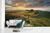 Fotobehang vinyl - De historische Muur van Hadrianus in Engeland tijdens een zonsondergang breedte 450 cm x hoogte 270 cm - Foto print op behang (in 7 formaten beschikbaar)
