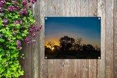 Silhouet van bomen bij zonsondergang in Krugerpark Zuid-Afrika Tuinposter 80x60 cm - Tuindoek / Buitencanvas / Schilderijen voor buiten (tuin decoratie)