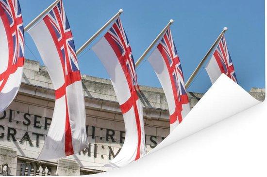 De Engelse vlaggen wapperen voor een gebouw Poster 180x120 cm - Foto print op Poster (wanddecoratie woonkamer / slaapkamer) XXL / Groot formaat!